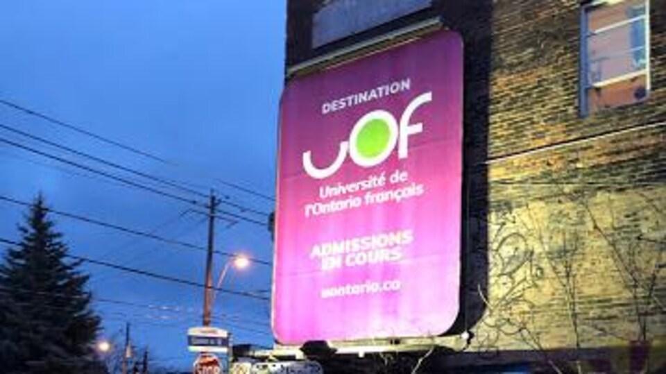 Une affiche de l'Université de l'Ontario français qui indique que les inscriptions sont en cours.