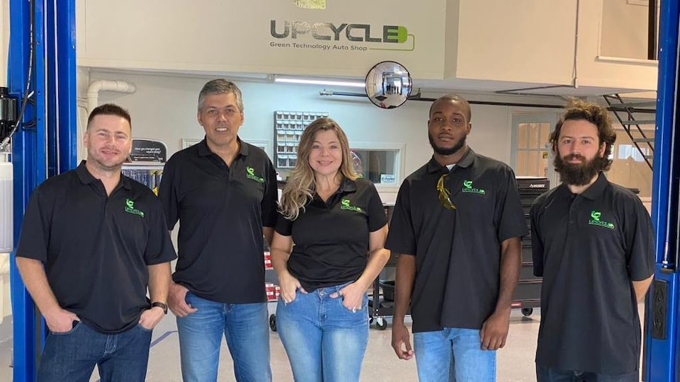 Natal De Avila Antonini (deuxième depuis la gauche), Magali Freiberger Dos Santos (au centre) et leur équipe à l'entreprise Up Cycle Green Tech.