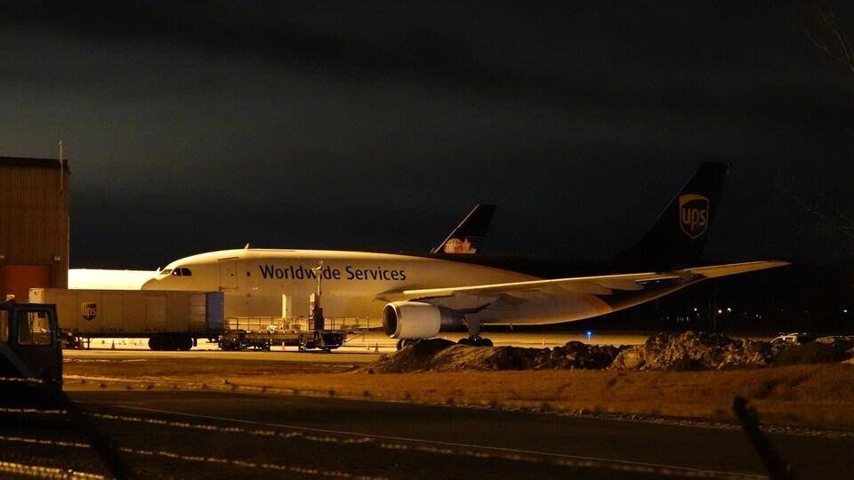 Un avion cargo sur un tarmac.