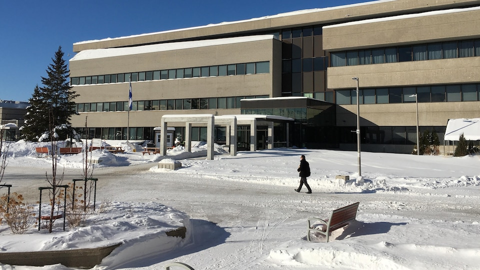 L'e pavillon principal de l'UQAC l'hiver.