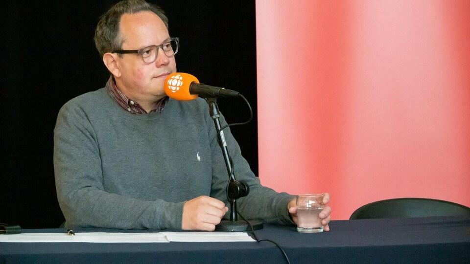 Claude La Charité sur le plateau radio d'Info-réveil en sortie à l'UQAR