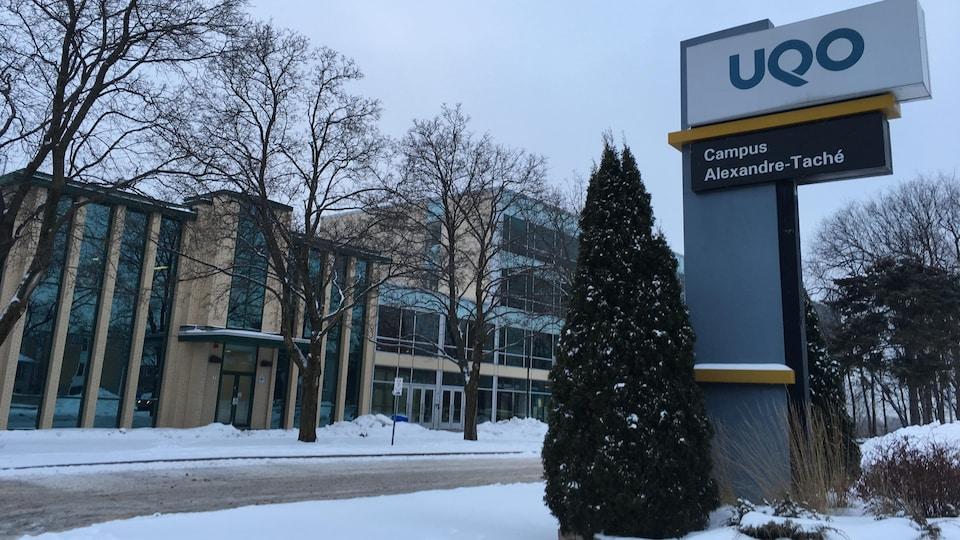 Une pancarte de l'UQO trône devant le campus Alexandre-Taché.