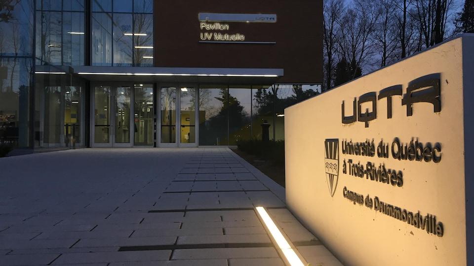 L'entrée du pavillon UV Mutuelle du campus de Drummondville de l'UQTR