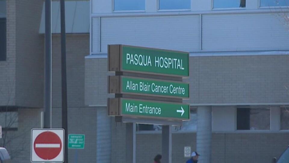Une affiche indiquant l'entrée principale de l'Hôpital Pasqua de Regina.