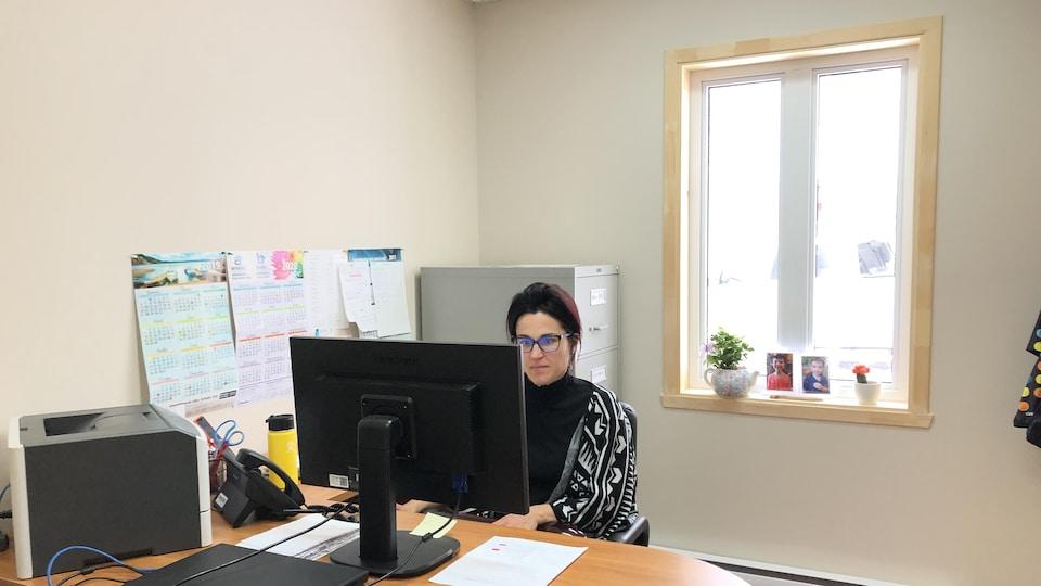 Une employée devant sa nouvelle fenêtre.
