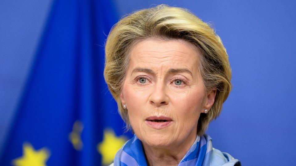 Mme von der Leyen est placée devant un drapeau de l'Union européenne.
