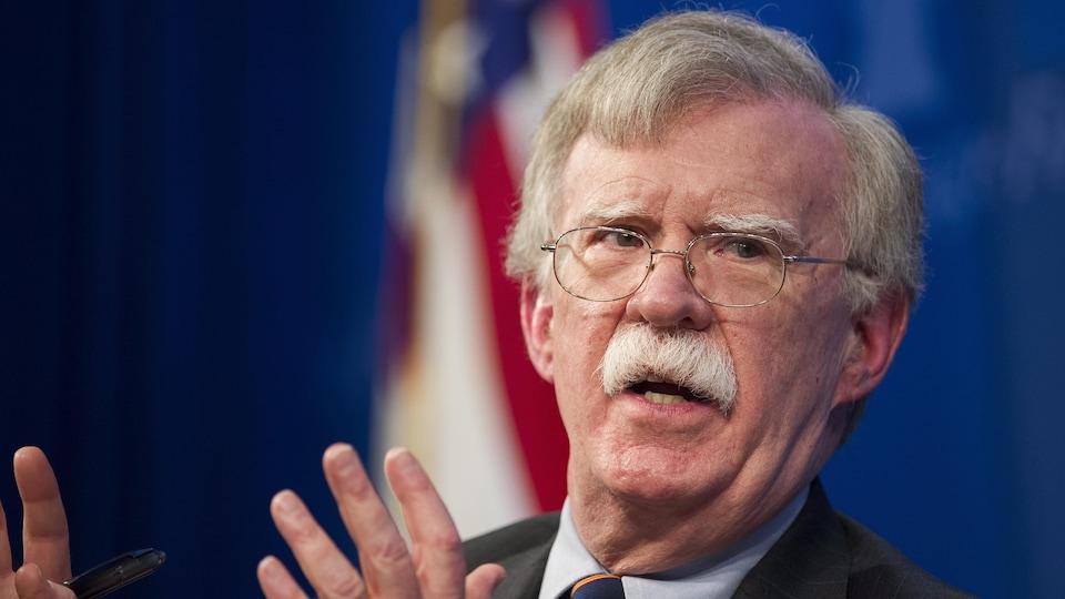 Gros plan de John Bolton, prenant la parole.