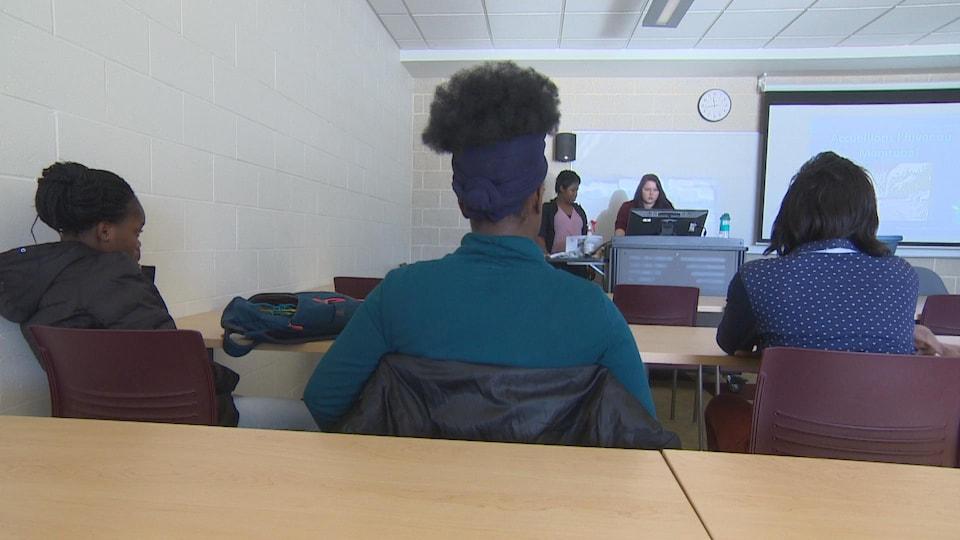 Des étudiantes assises suivent la formation.