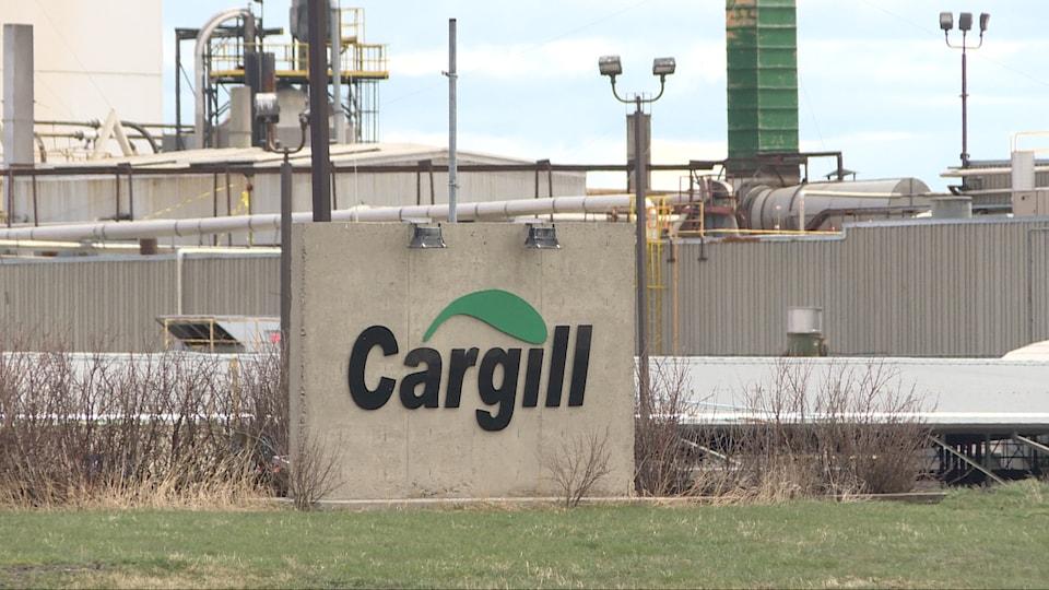 L'usine Cargill, avec au premier plan, le logo.