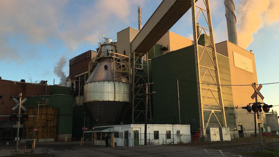 Plan large de l'entrée de l'usine tôt le matin.