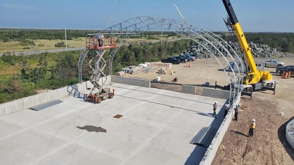 Image aérienne d'une structure en cours de construction.