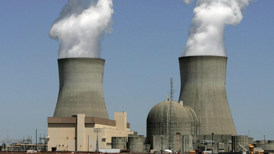 La vapeur s'élève des tours de refroidissement des réacteurs nucléaires de l'usine Georgia Power's Vogtle.