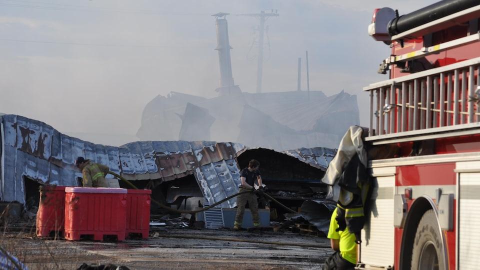 Les trois sections de l'usine ont été détruites par les flammes.
