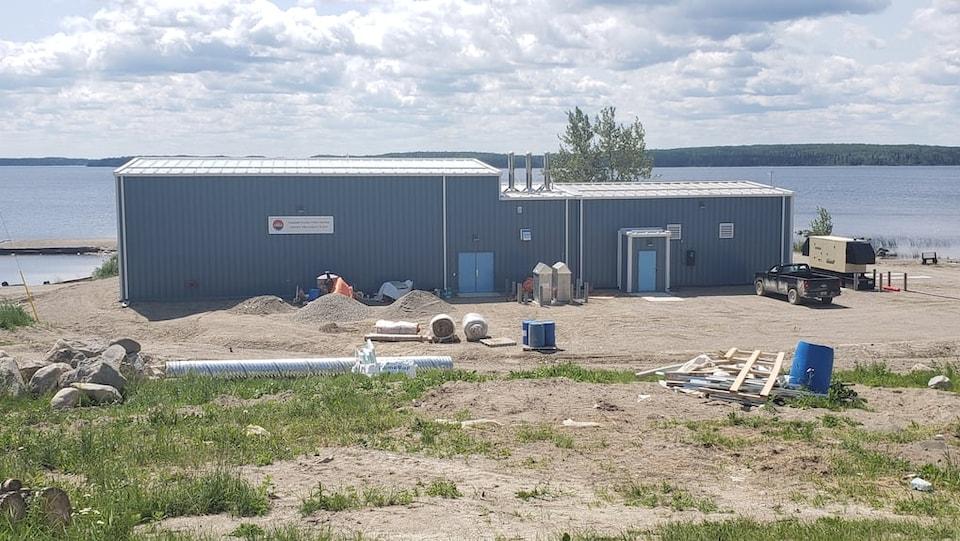Un bâtiment sur le bord d'un lac.