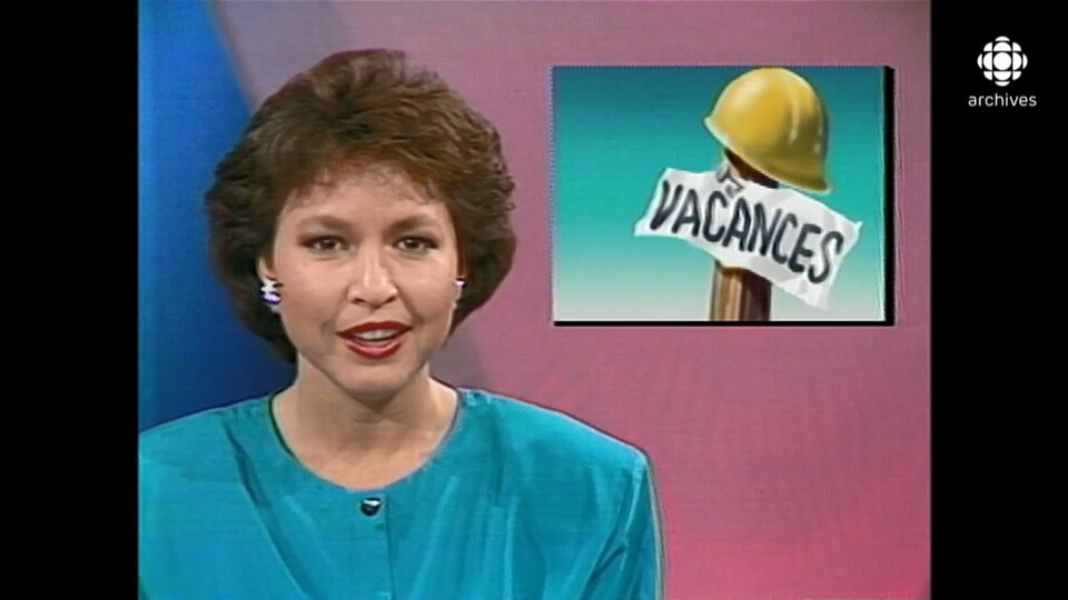 La présentatrice Céline Galipeau devant une mortaise illustrant l'arrivée des vacances de la construction.