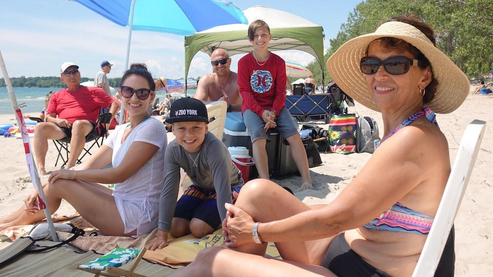 Portait d'une famille sur la plage.