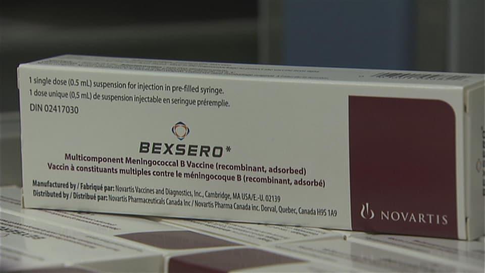 Une boîte blanche avec des indications et le logo de Bexsero.