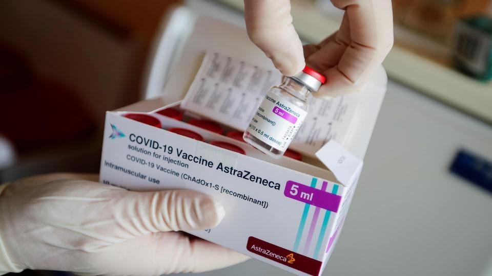 Une fiole du vaccin d'AstraZeneca sortie de la boîte dans laquelle les fioles sont livrées.