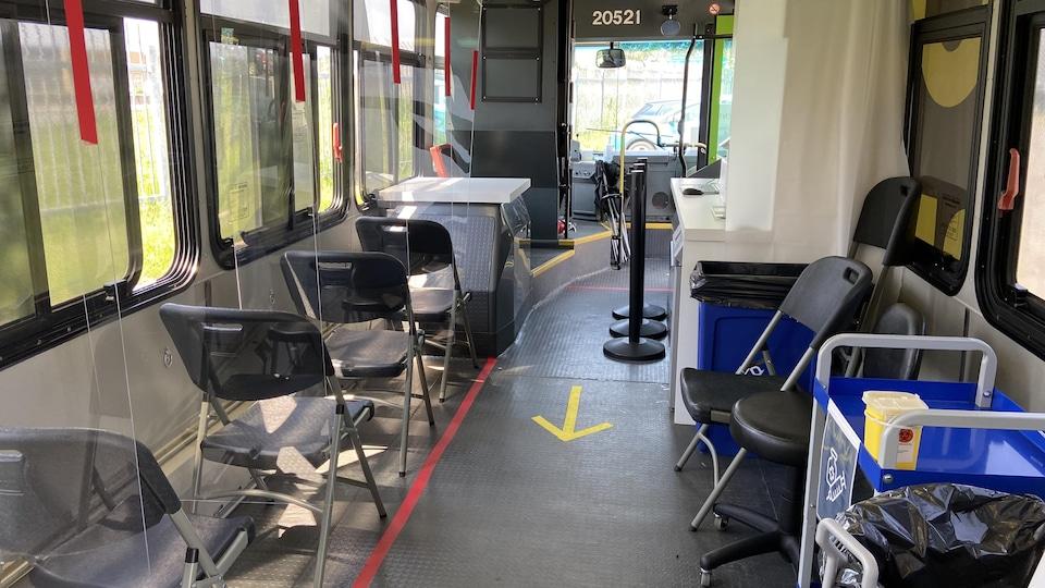 L'intérieur d'un bus converti en clinique de vaccination mobile.