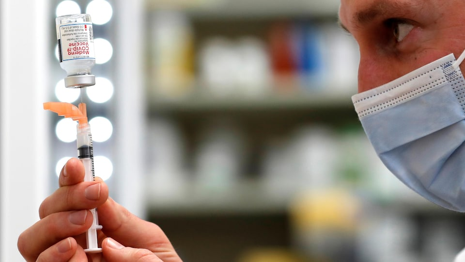 Un pharmacien tire une dose de vaccin Moderna d'une fiole à West Haven, au Connecticut, le 17 février 2020.