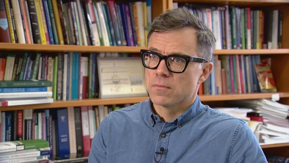 Visage d'un homme avec des lunettes
