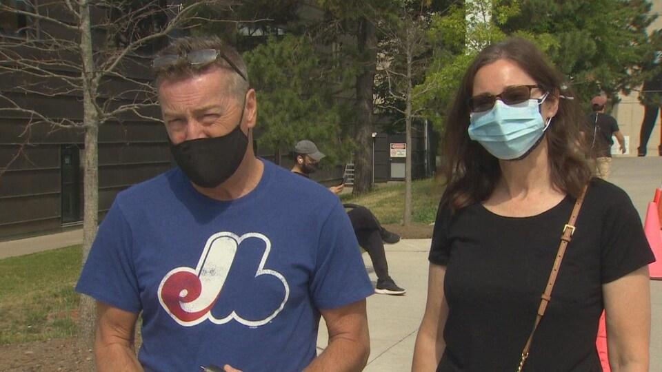 Deux personnes portent un masque