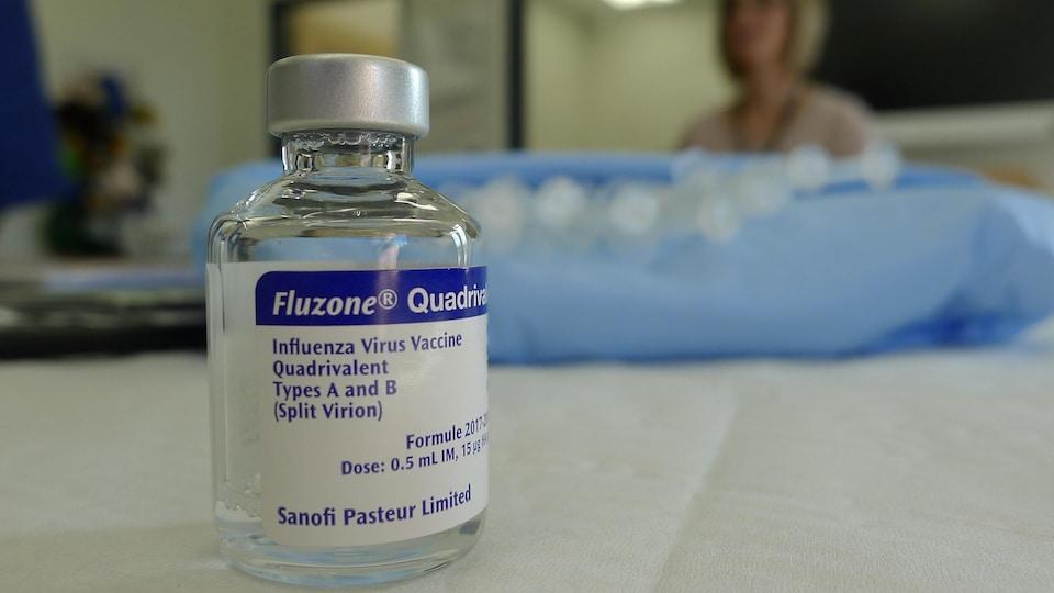 Une fiole de vaccin contre la grippe.