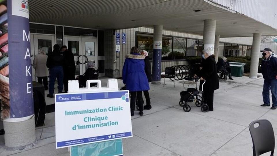 Des personnes âgées font la file devant une clinique de vaccination d'Ottawa.