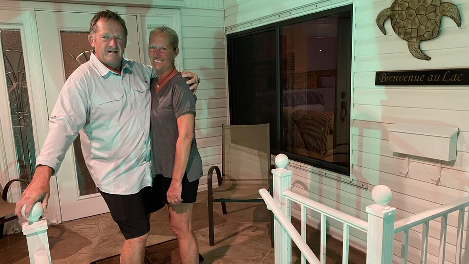Un couple pris en photo devant leur demeure, au parc de maisons mobiles Pembroke en Floride