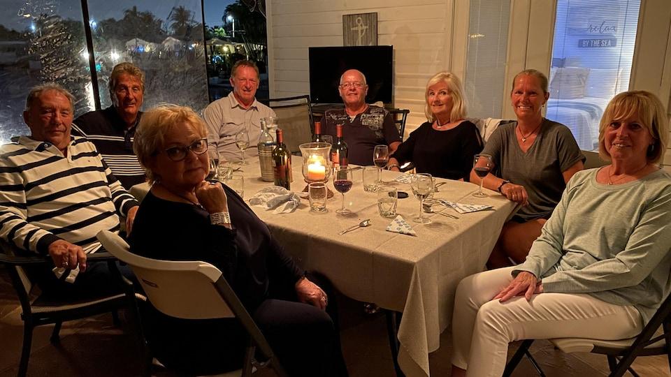 Huit personnes autour d'une table