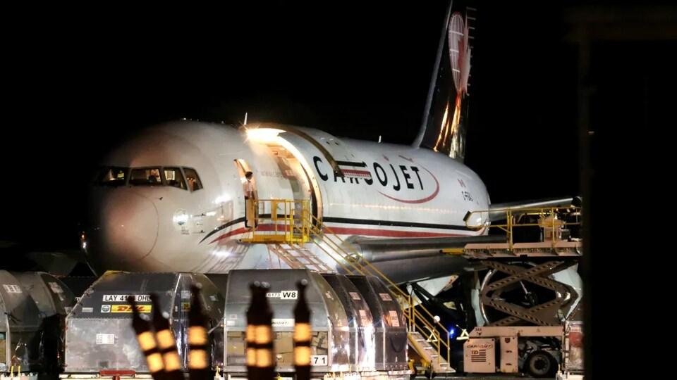 Le premier envoi du vaccin contre la COVID-19 de Pfizer-BioNTech arrive sur un vol cargo en provenance de Montréal.