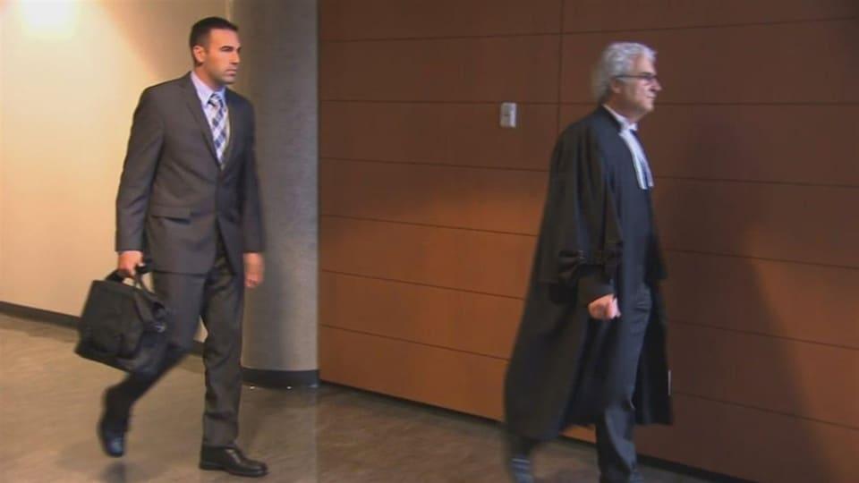 Kaven Deslauriers marche au palais de justice de Trois-Rivières.