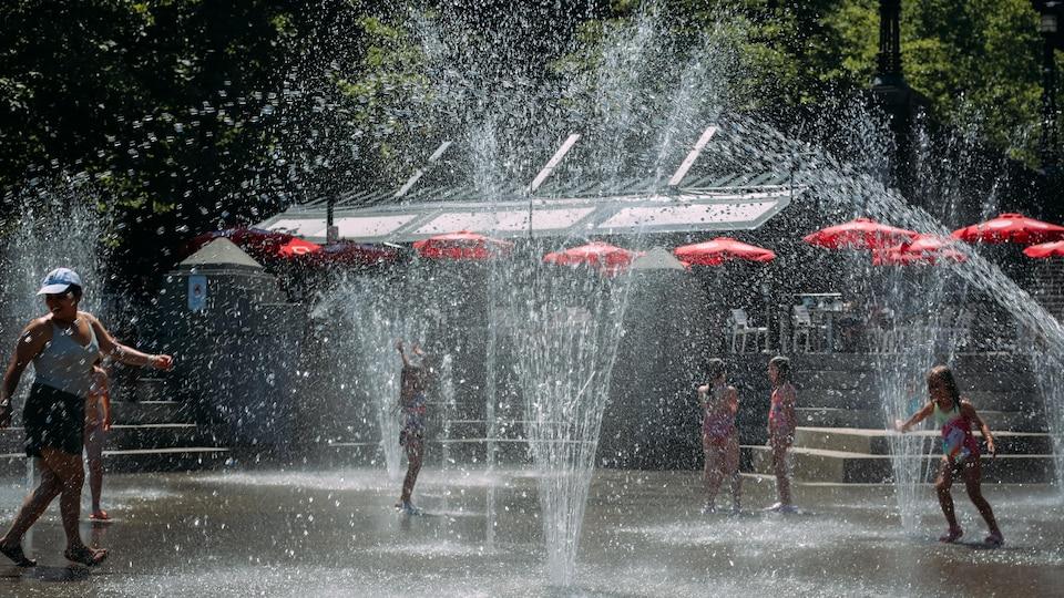 À Coal Harbour, les jeux d'eau font le bonheur des petits et des plus grands.