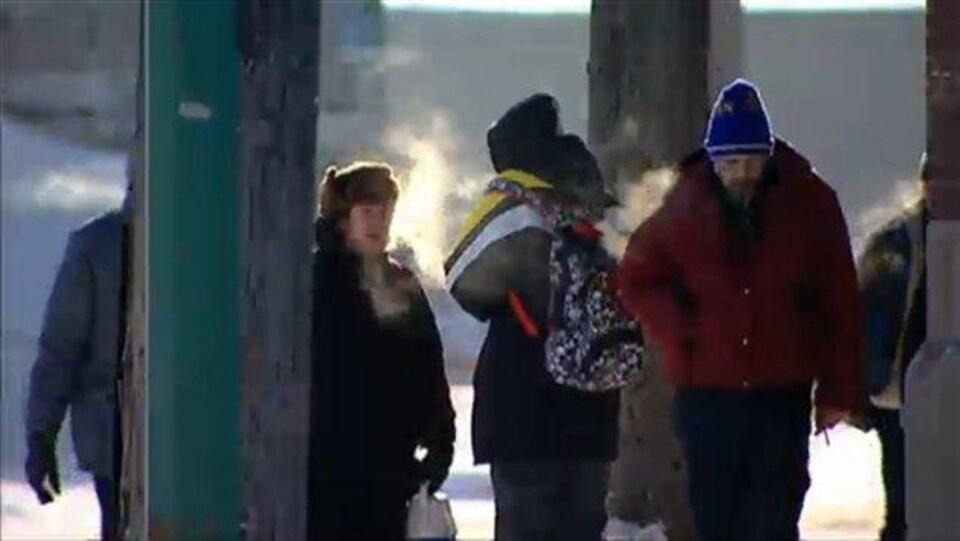 Des gens à l'extérieur par temps froid.