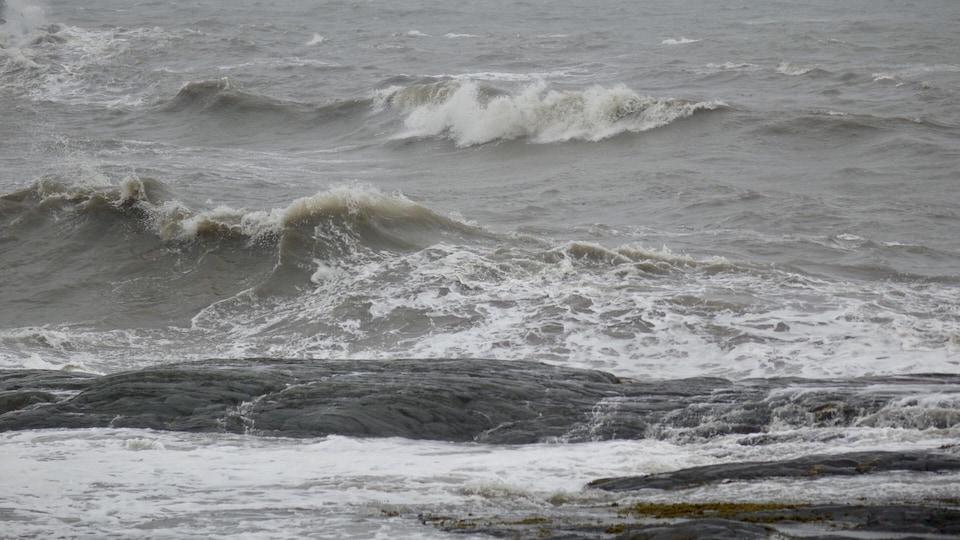 Des vagues et des rochers à Rimouski.
