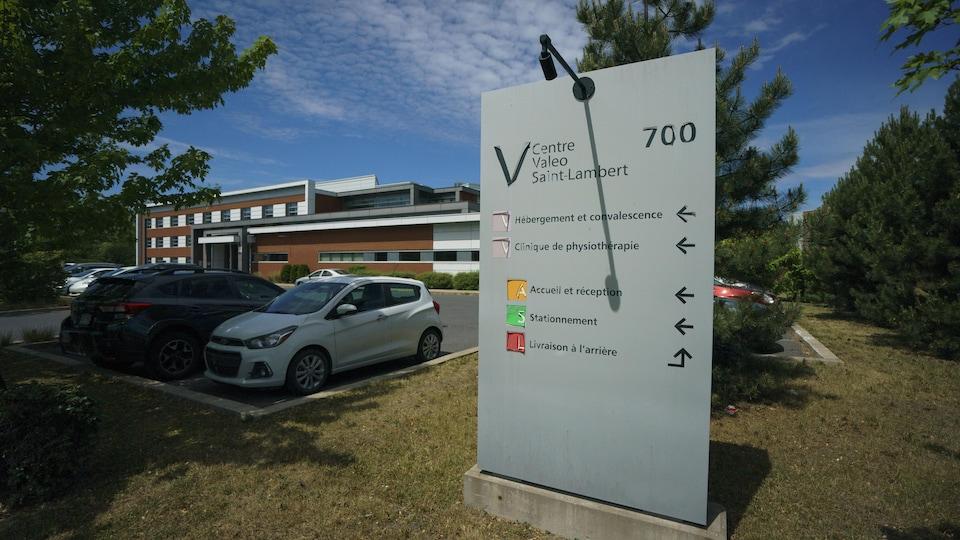 Une affiche devant le stationnement détaille les services offerts au CHSLD.