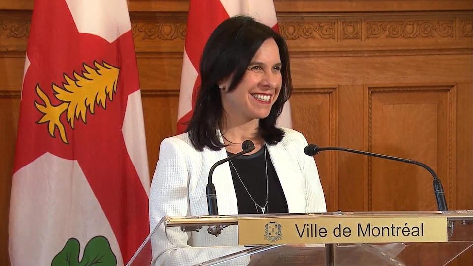 Valérie Plante sourit.