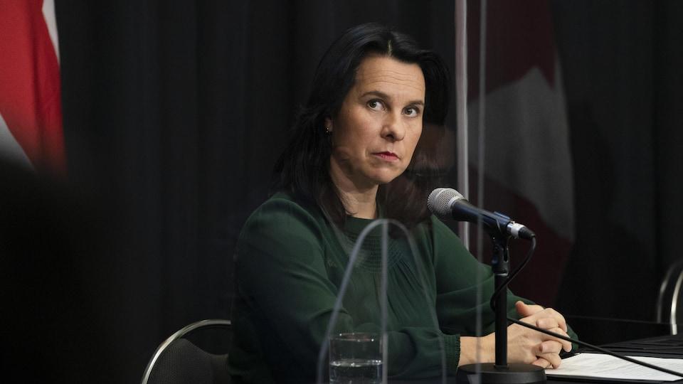 La mairesse de Montréal, Valérie Plante, en point de presse devant un micro.