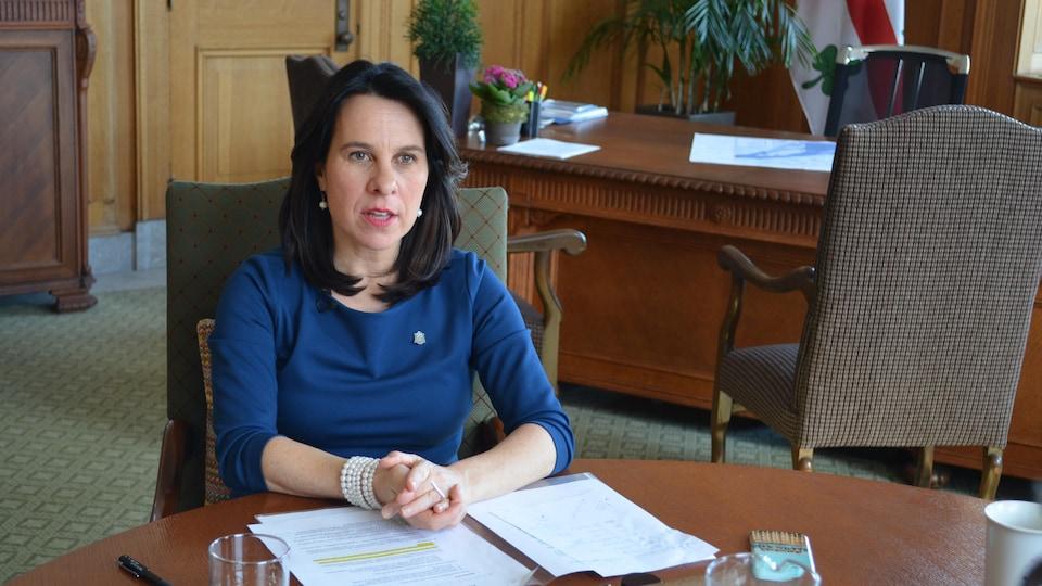 La mairesse dans son bureau de l'hôtel de ville.