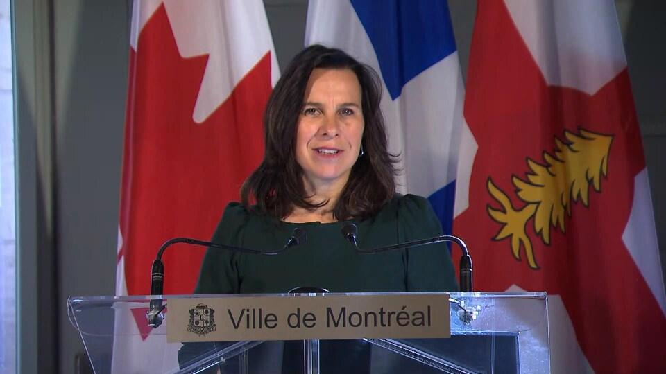 Valérie Plante s'adresse aux journalistes.