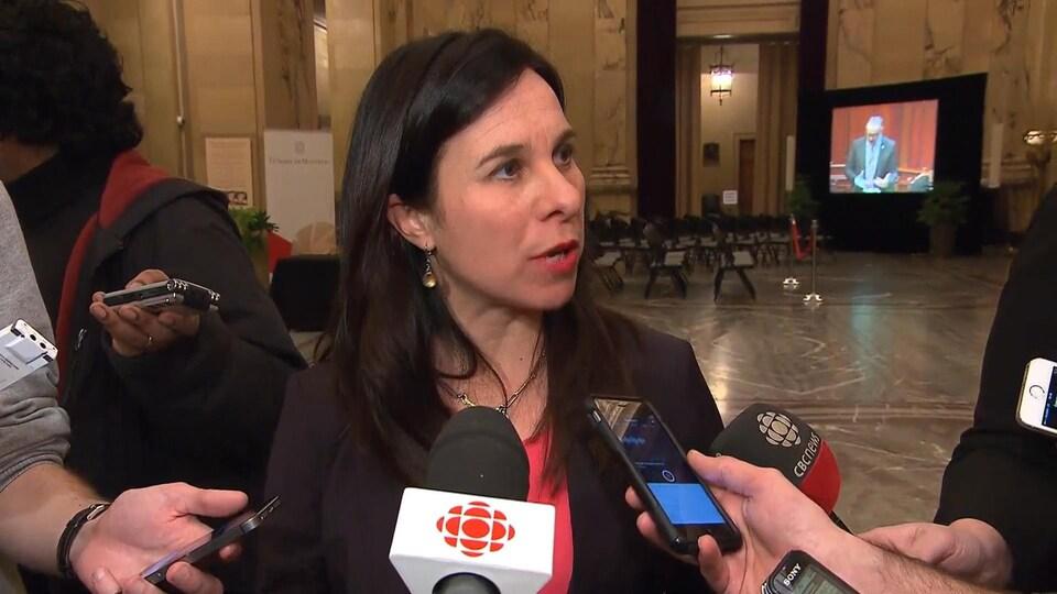 Valérie Plante, chef de Projet Montréal, dans le hall de l'hôtel de ville