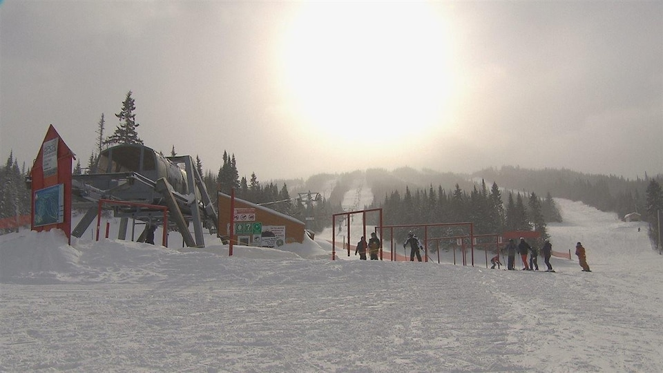 Des skieurs s'apprêtent à prendre le remonte-pente au Valinouët.