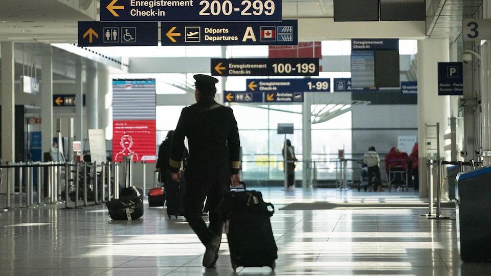 Un pilote marche à l'aéroport Montréal Trudeau, le 29 décembre 2020.