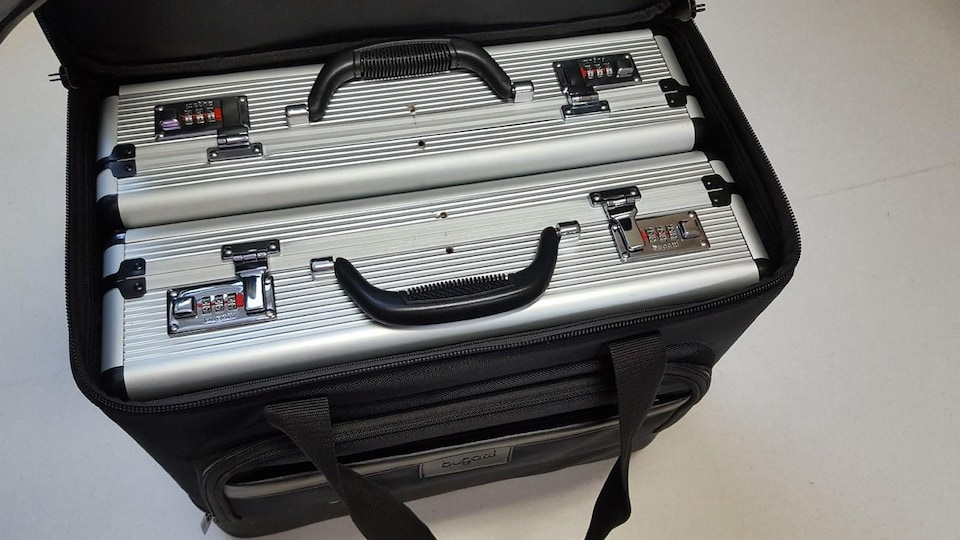 Deux valises métalliques placées dans une valise de transport.
