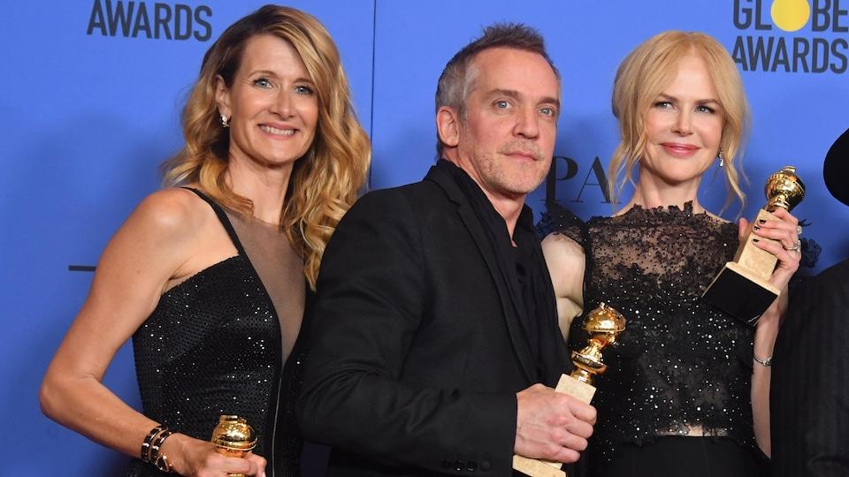 L'actrice Laura Dern, le réalisateur Jean-Marc Vallée et l'actrice Nicole Kidman avec leurs trophées lors de la cérémonie des Golden Globes.