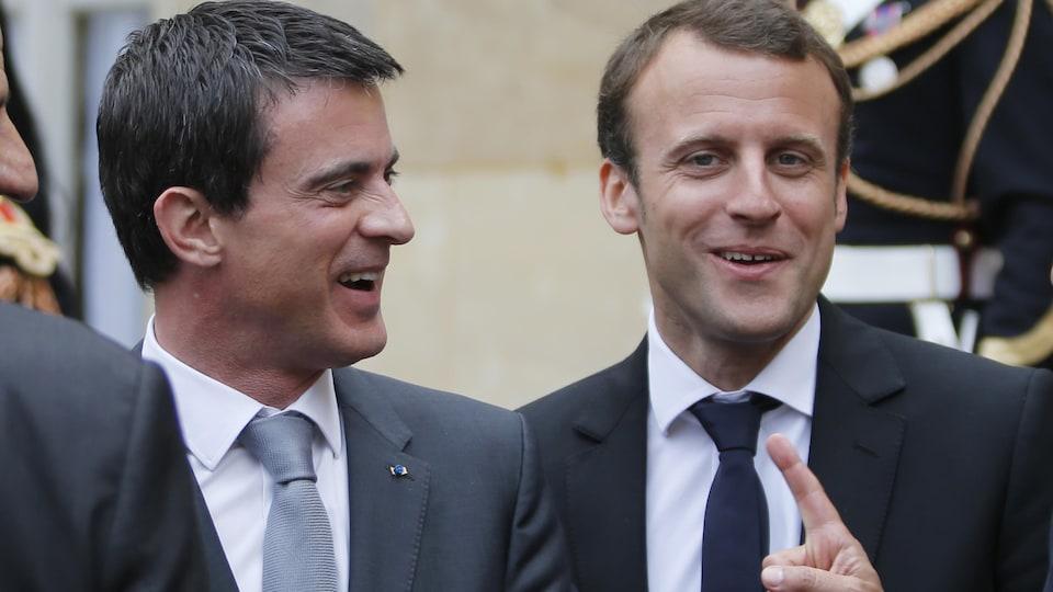Manuel Valls et Emmanuel Macron, en 2015, alors que le premier était premier ministre du gouvernement socialiste et le second son ministre de l'Économie.