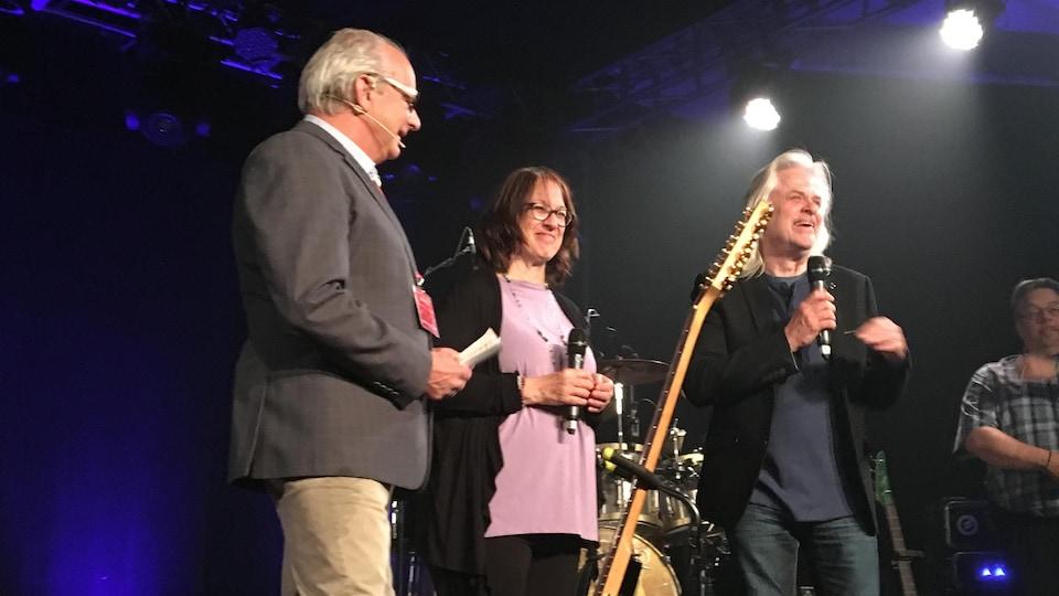 Jean Royal, président du FGMAT, Monique Fauteux et Louis Valois présentent le spectacle Premier ciel : l'heptade sur scène