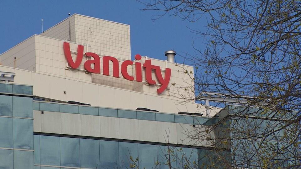 La devanture d'un immeuble où l'on peut lire Vancity écrit en lettre rouge.