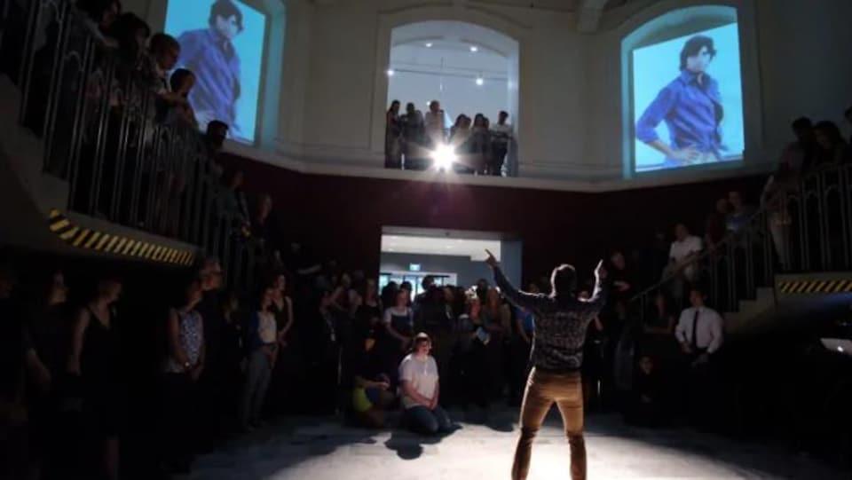 Un jeune performeur présente une représentation artistique à la Vancouver Art Gallery