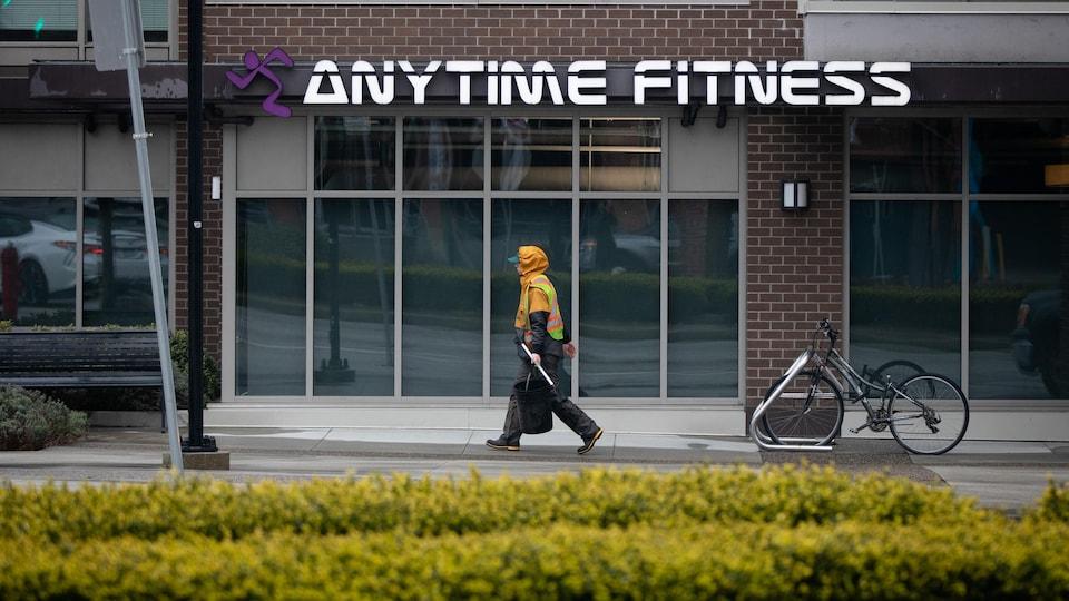 Un homme marche devant un centre d'entraînement fermé en raison de la pandémie.